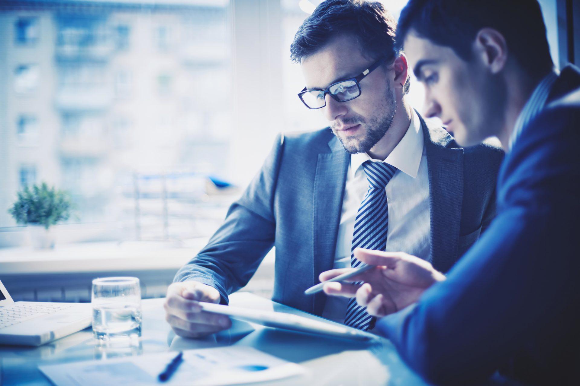 Ein Berater bespricht und analysiert mit einem Kunden die Ausgangssituation und Rahmenbedingungen für eine Digitale Transformation