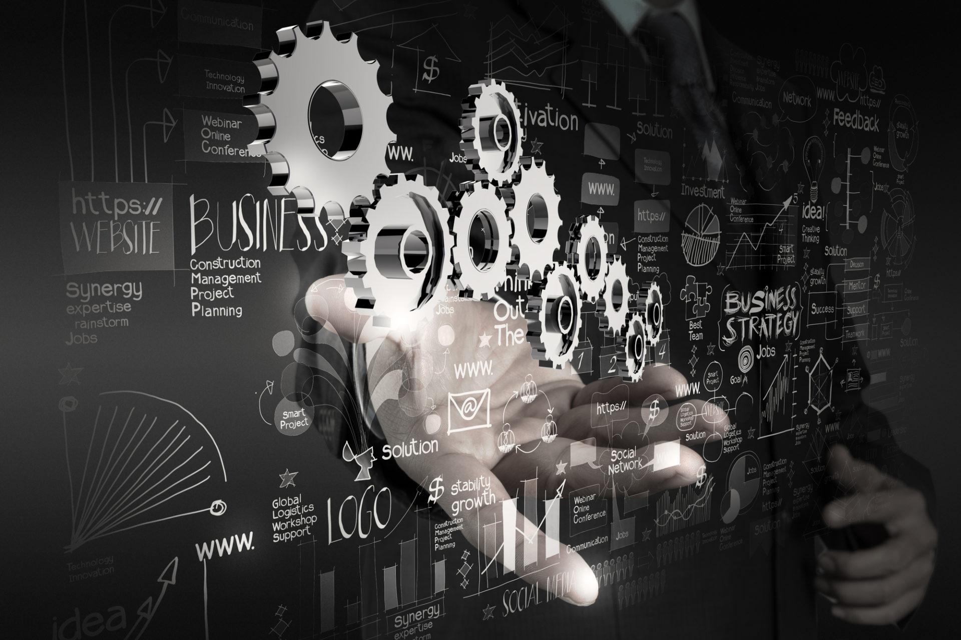 Modell mit Zahnrädern in der Hand, Darstellung für die Planung und Umsetzung digitaler Geschäftsprozesse
